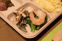 (R) エビと菜花のわさびナンプラーあえ - 菜花とエビをわさびナンプラーのソースであえたもの  (L) 山菜つぶつぶスパイス炒め - 山菜とスパイスの原型シードを炒めたもの。触感を楽しんでください。