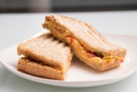 スクランブルエッグ / トマト / 全粒粉の食パン - scrambled eggs / tomato / Whole-wheat sandwich pain
